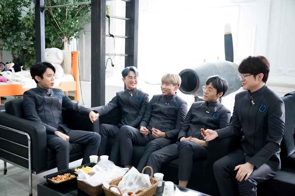 왼쪽부터, 문우찬(활동명 '커즈'), 이상호(활동명 '에포트'), 김창동(활동명 '칸나'), 박진성(활동명 '테디'), 이상혁(활동명 '페이커') 선수