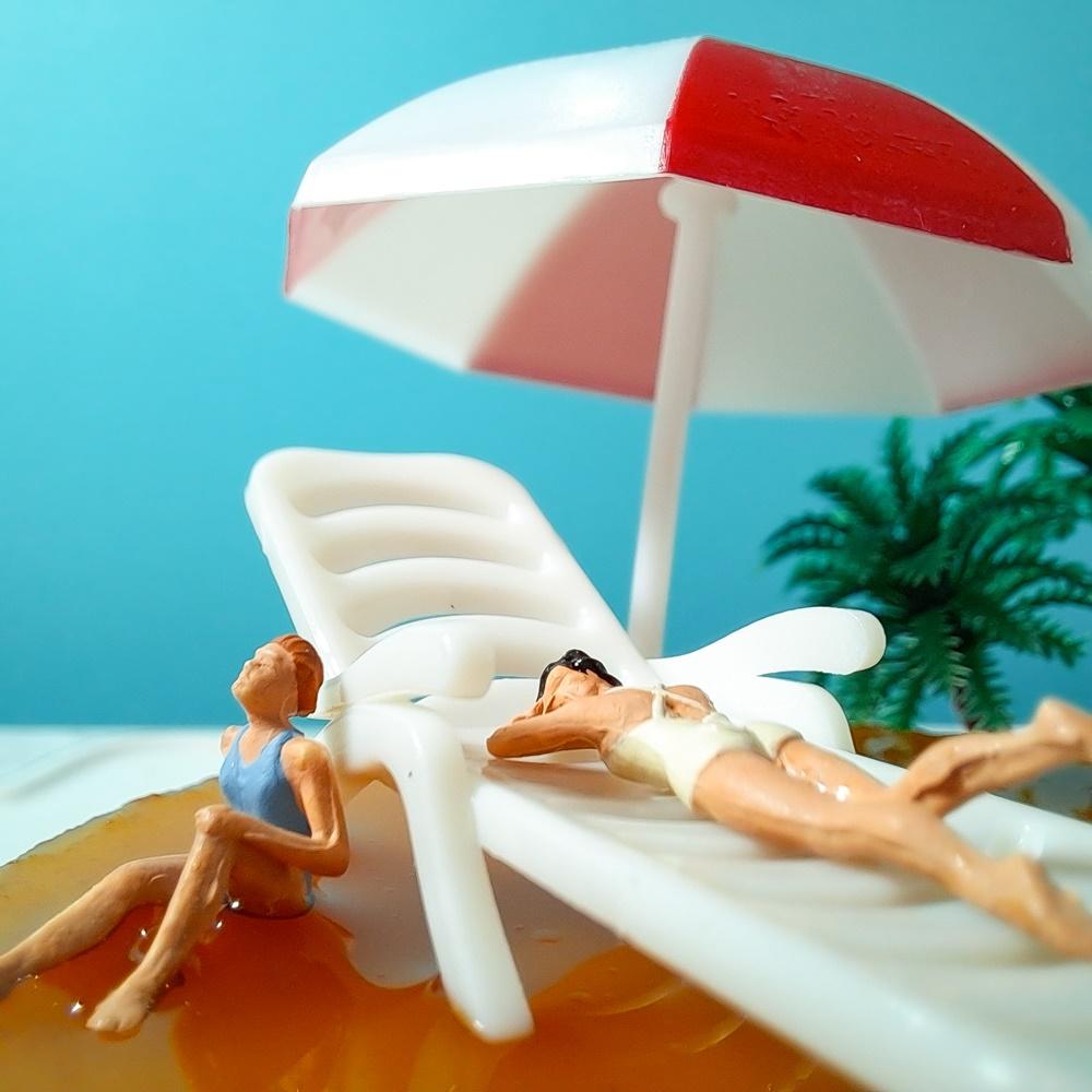 Q. 작열하는 태양 아래, 여름 휴가를 즐기고 있는 이들이 누워 있는 황금빛 해변은 과연 어느 섬일까?
