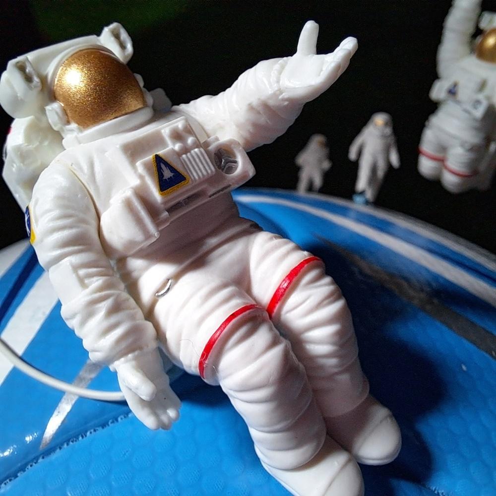 Q. 용감한 탐험가가 미지의 세계에 발을 딛는 경이로운 순간. 이 행성은 어디일까?