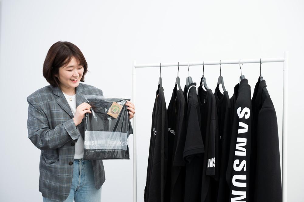▲ '유기농' 마크가 부착된 삼성 모바일 매장 유니폼. 비닐 포장재도 친환경 소재로 제작했다.
