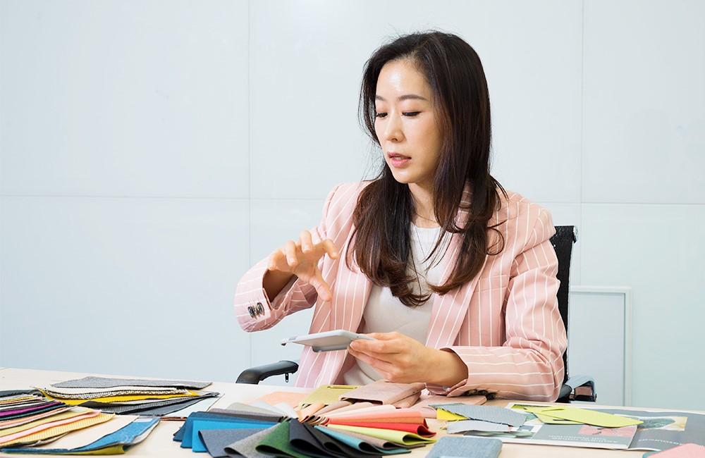 크바드라트 케이스를 설명하는 김윤영 디자이너