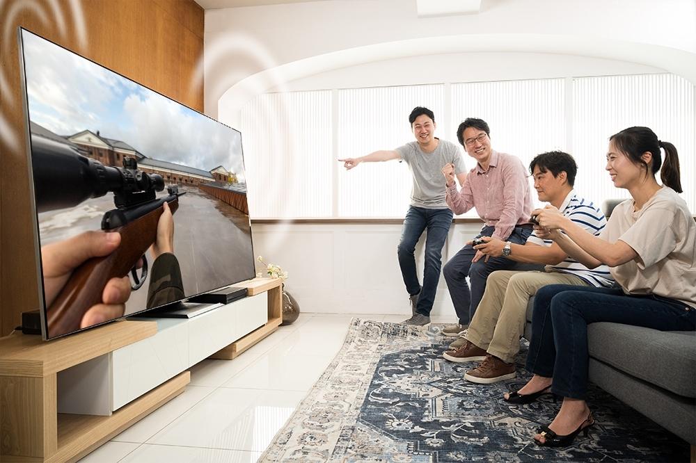 QLED TV로 게임을 즐기는 모습