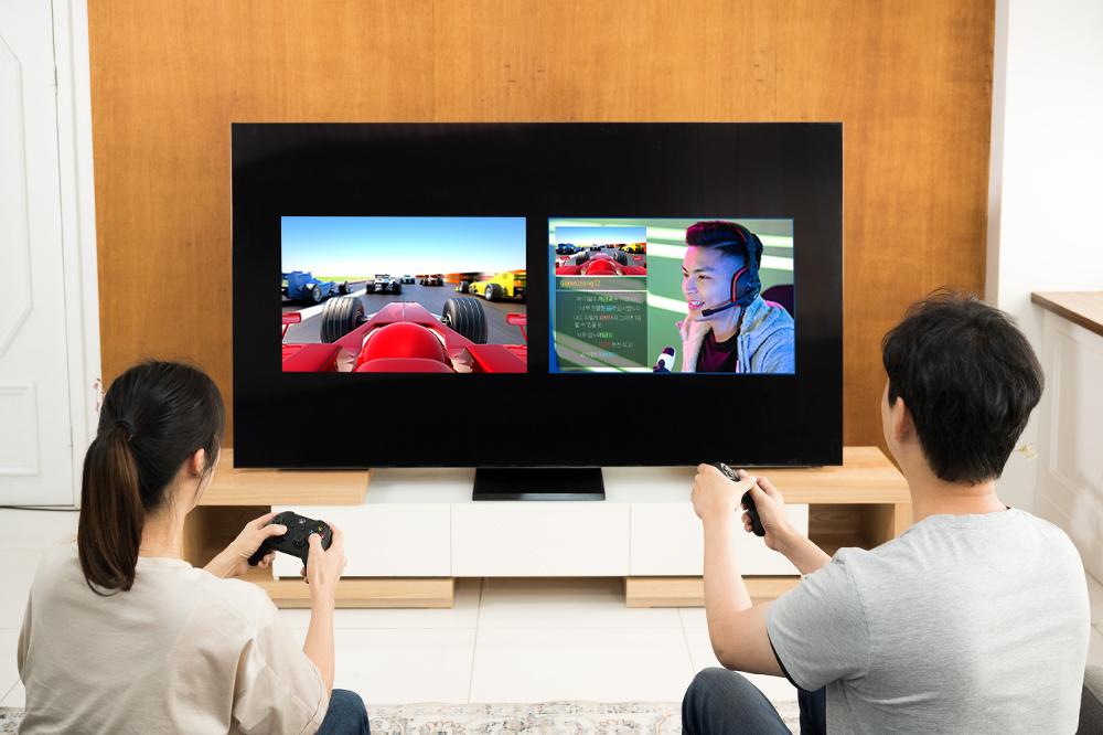 QLED TV 멀티뷰로 공략과 함께 게임을 즐기는 모습