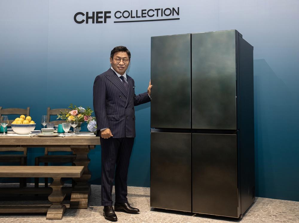 이재승 삼성전자 생활가전사업부장이 서울 성수동에 마련된 체험존에서 '뉴 셰프컬렉션' 냉장고를 소개하고 있다.