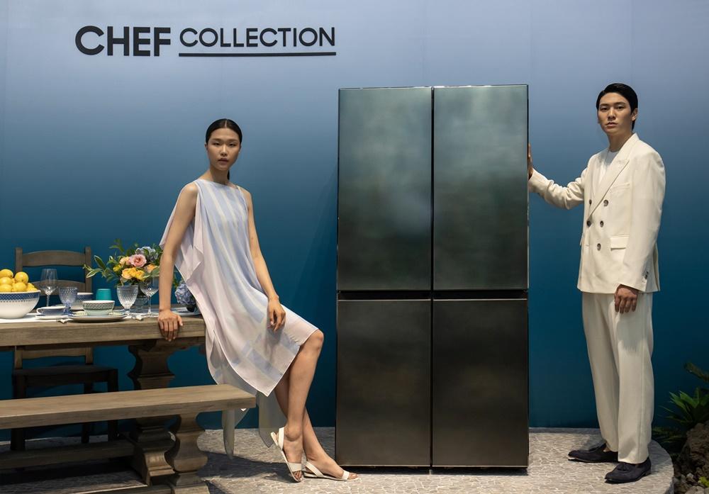 삼성전자 모델이 서울 성수동에 마련된 체험존에서 '뉴 셰프컬렉션' 냉장고를 소개하고 있다.