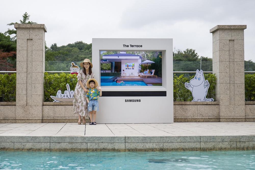 삼성전자 모델들이 서울신라호텔 야외 수영장 '어번 아일랜드'에 설치된 '더 테라스'를 선보이고 있다.