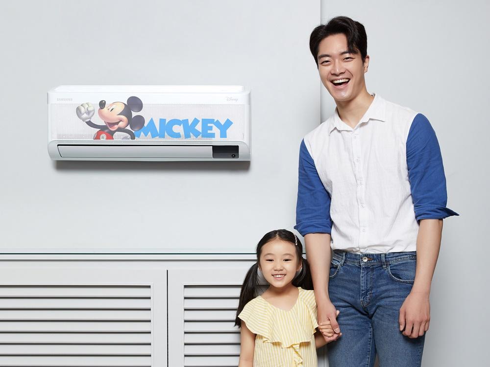 삼성전자 모델이 삼성디지털프라자 삼성대치점에서 무풍에어컨 '디즈니 컬렉션'을 소개하고 있다.