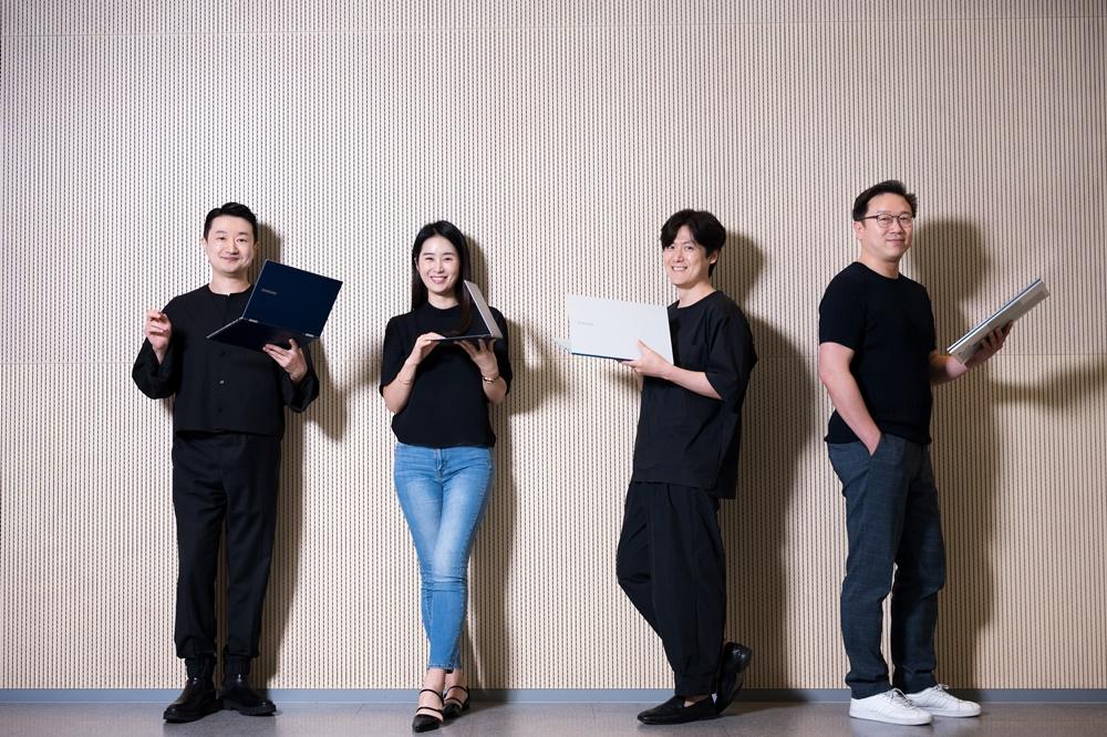 갤럭시 북 시리즈 디자인을 담당한 이동석·박혜성·석호영 디자이너와 상품기획을 담당한 신원준 프로(왼쪽부터)
