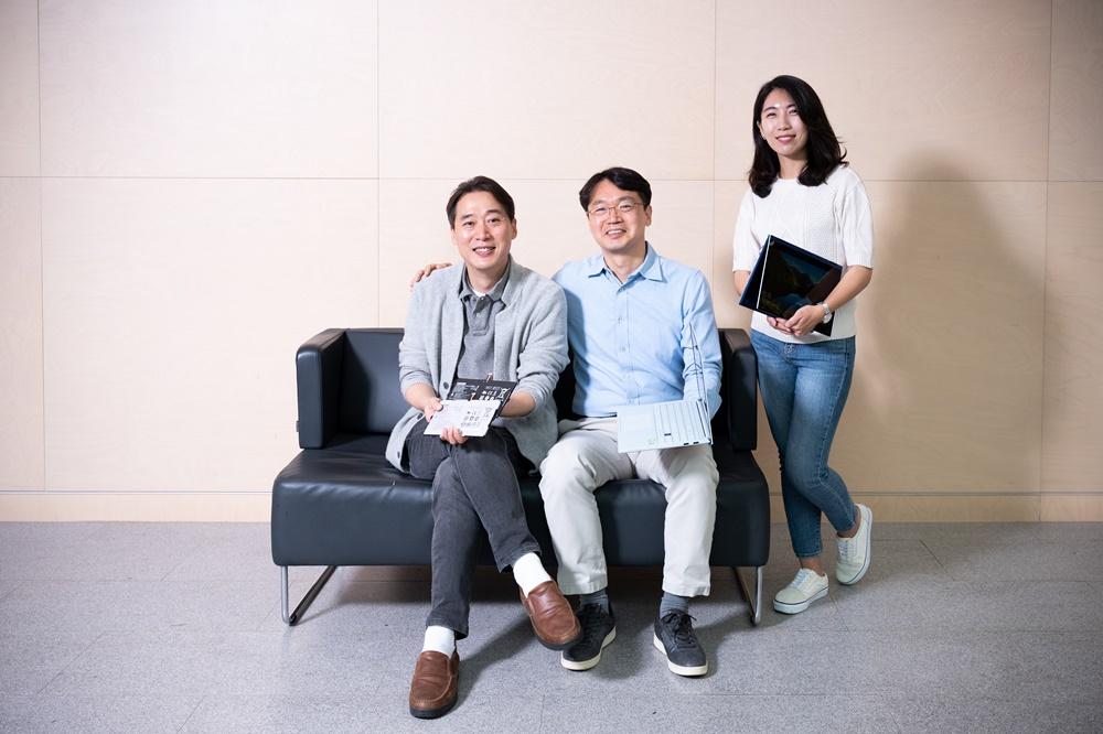 ▲ 갤럭시 북 시리즈 배터리 개발을 담당한 김성훈·이제환 엔지니어와 상품기획을 담당한 성혜미 프로(왼쪽부터)