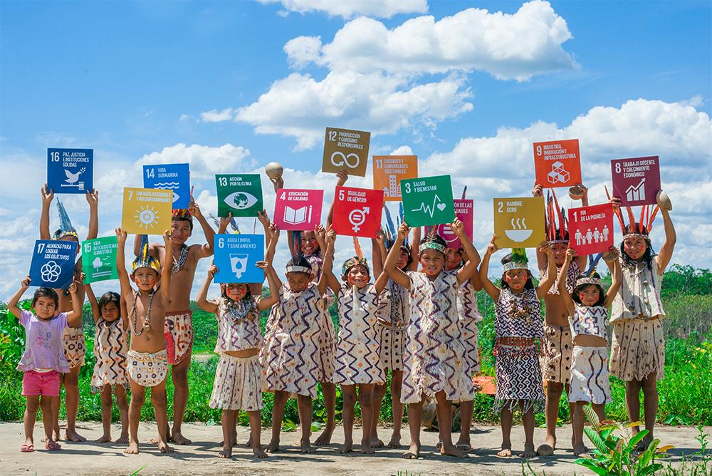 글로벌 앱 목표가 적힌 팻말을 들고 있는 아이들