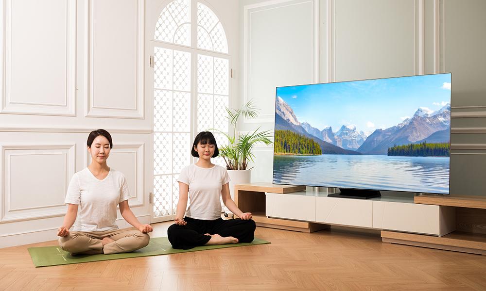 삼성 헬스 TV 앱으로 명상을 하는 모녀