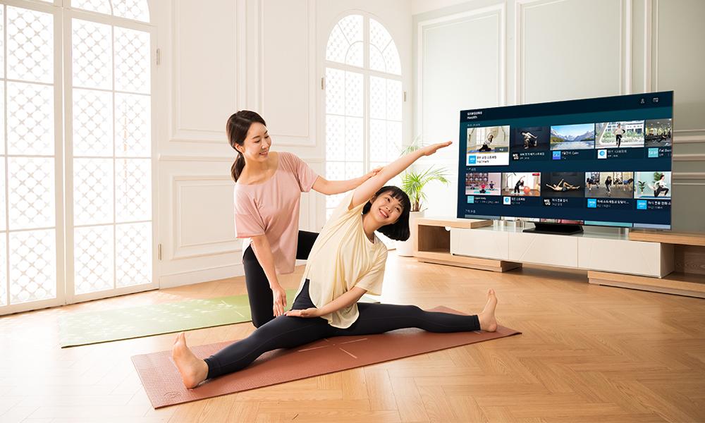 삼성 헬스 TV 앱으로 운동 하기 전 몸을 푸는 모녀