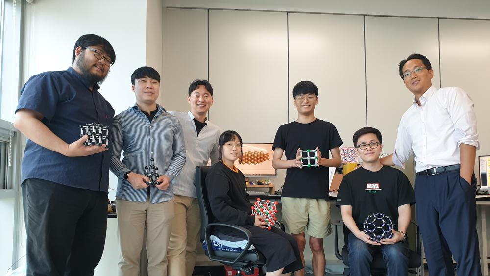 ▲이준희 교수(맨 오른쪽)와 연구팀