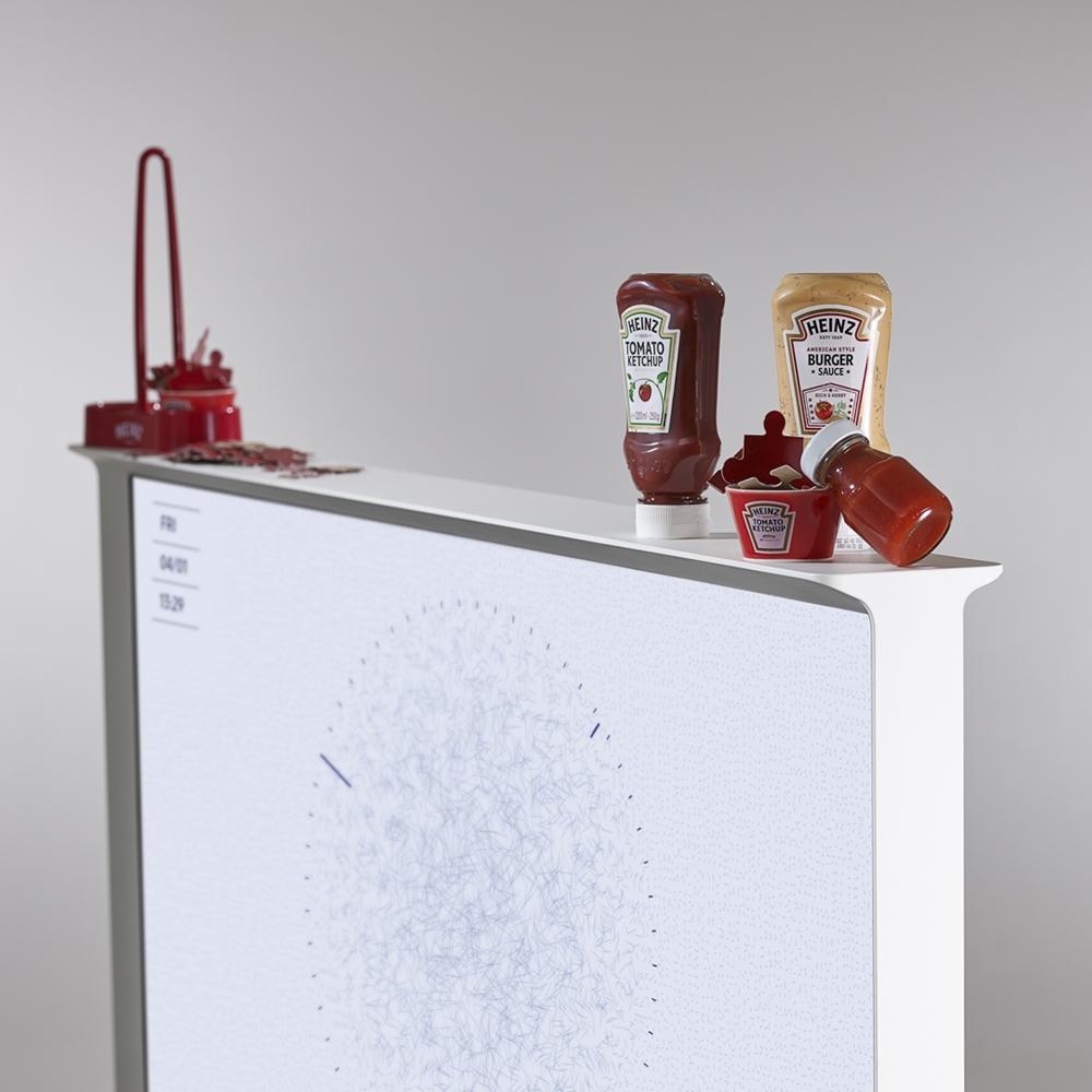 '더 세리프' TV에 유명 브랜드 소품들을 배치해 다양한 디자인을 연출한 모습