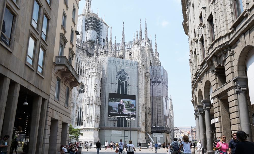 밀라노 양 옆 건물들 사이로 보이는 두오모 성당에 설치된 삼성 스마트 LED 사이니지