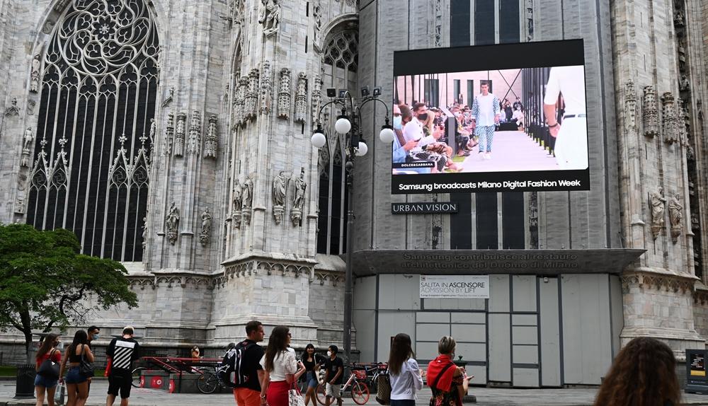 밀라노 디지털 패션 위크 기간에 두오모 성당에 설치된 삼성 스마트 LED 사이니지 클로즈업 컷. 모델이 워킹하고 있는 모습이 사이니지를 통해 중계되고 있다.