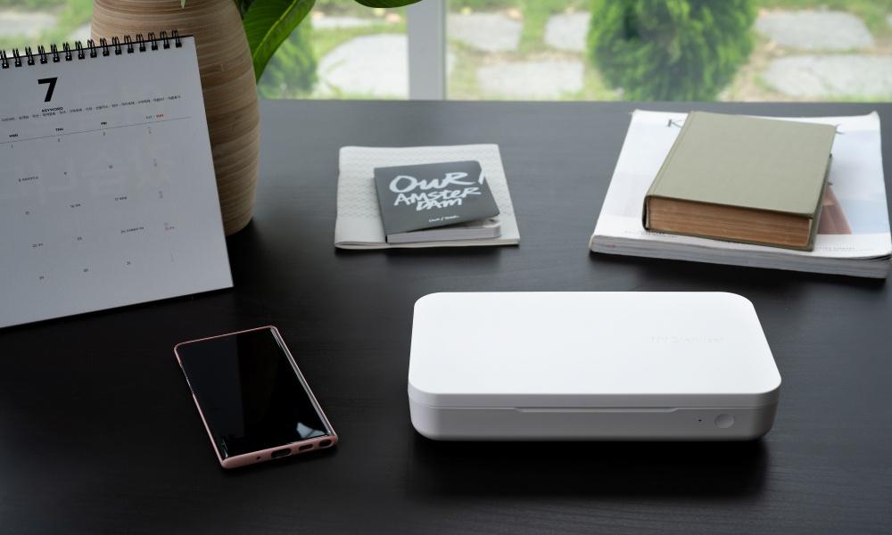 책상 위에 놓여있는 UV살균기