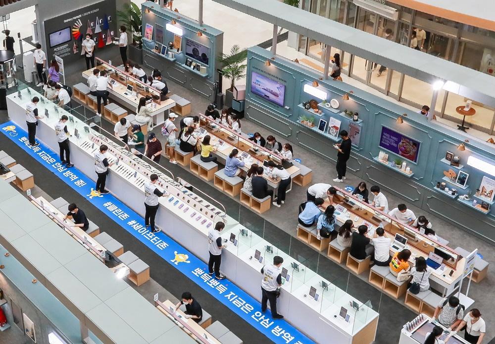 삼성전자가 지난 8일 오픈한 서울 영등포 타임스퀘어 '갤럭시 노트20 스튜디오' 전경. '갤럭시 노트20 스튜디오'에서는 체험 공간과 방역 공간으로 동선을 이원화해 2~30분마다 교차 운영하며 고객이 안심하고 체험할 수 있는 환경을 제공한다.