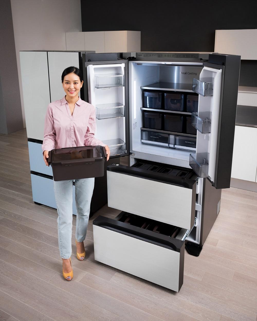 삼성전자 모델이 수원 삼성디지털시티 프리미엄하우스에서 프리미엄 김치냉장고 신제품 '비스포크 김치플러스'를 소개하고 있다.
