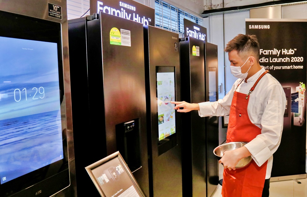 삼성전자 패밀리허브 신제품 싱가포르 출시 (3)_셰프 셀라맛 수산토 제품 체험
