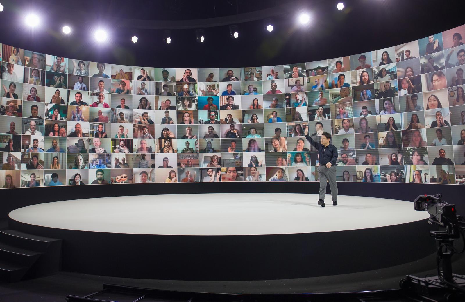 5일(한국시간) 온라인을 통해 진행된 '갤럭시 언팩 2020' 행사에서 삼성전자 무선사업부장 노태문 사장이 온라인을 통해 참여한 갤럭시 팬들과 인사하는 모습