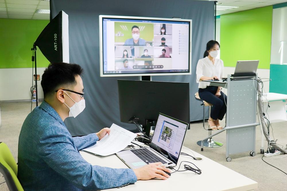 19일 삼성전자 상생협력아카데미 교육센터에서 열린 '우수기술 설명회'에서 과학기술일자리진흥원 신윤미 파트장(사진 우측)이 중견·중소기업을 위한 R&D 지원정책을 온라인으로 소개하고 있다.