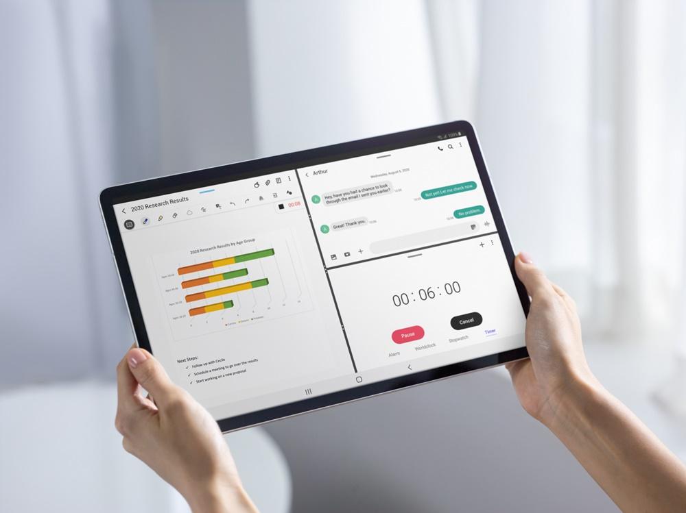 갤럭시 탭 S7의 3가지 앱을 통시에 구동할 수 있는 멀티 액티브 윈도우를 활용해 메시지, PPT, 스톱워치를 활용하고 있는 사람