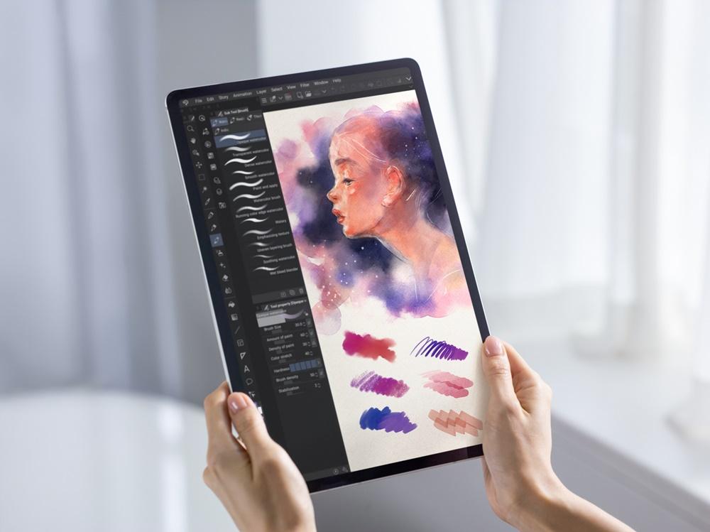 갤럭시 탭 S7 시리즈로 일러스트·웹툰·애니메이션 등을 제작할 수 있는 클립 스튜디오 페인트을 구동한 모습