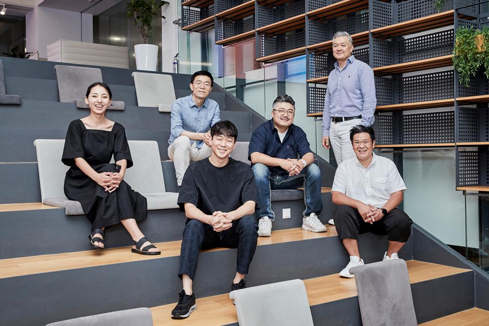 ▲ 갤럭시 버즈 라이브 디자인을 담당한 (왼쪽부터) 장민경·장용상·손상옥·최광하·방용석·김준하 디자이너