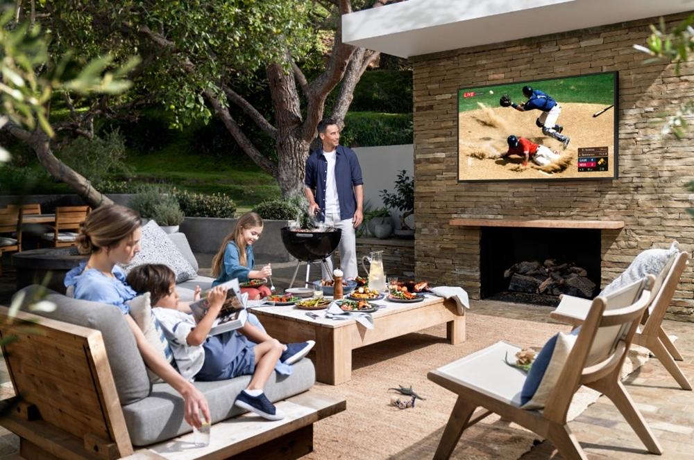 비욘드 TV를 시청하는 가족들의 모습