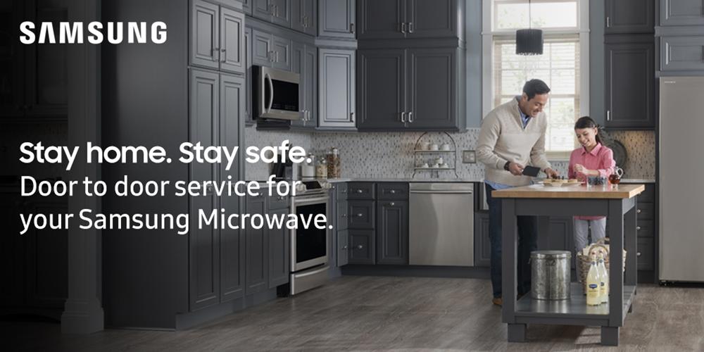 SAMSUNG 주방에서 요리를 하고 있는 아빠와 아이 사진 사진 위로 Stay home. Stay safe. Door to door service for your Samsung Microwave.라는 문구가 쓰여 있다.