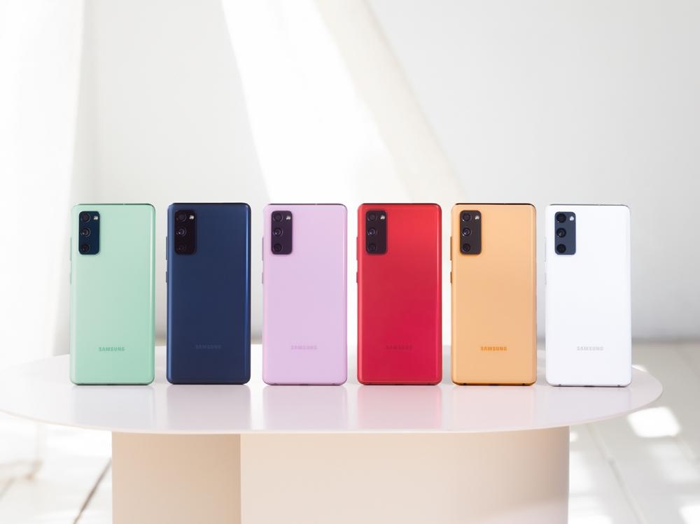 다양한 컬러의 삼성 갤럭시 S20 FE 제품 이미지가 놓여있다.