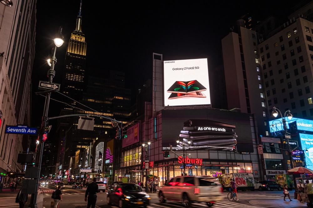 미국 뉴욕 펜실베니아 플라자(Pennsylvania Plaza)에서 운영 중인 '갤럭시 Z 폴드2' 옥외광고