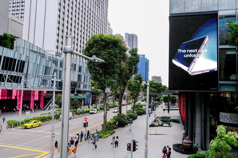 싱가포르 상업 중심지 오차드에 위치한 쇼핑센터 로빈슨(Robinsons)에 설치된 '갤럭시 Z 폴드2' 옥외광고