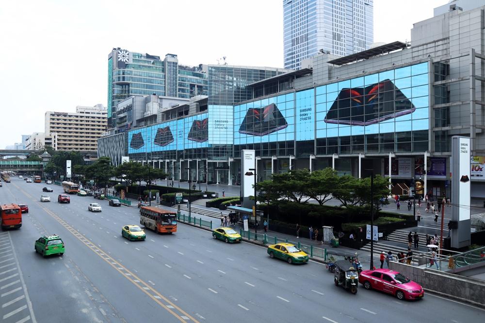 태국 방콕에 위치한 쇼핑센터 센트럴 월드(Central World)에 설치된 '갤럭시 Z 폴드2' 옥외광고