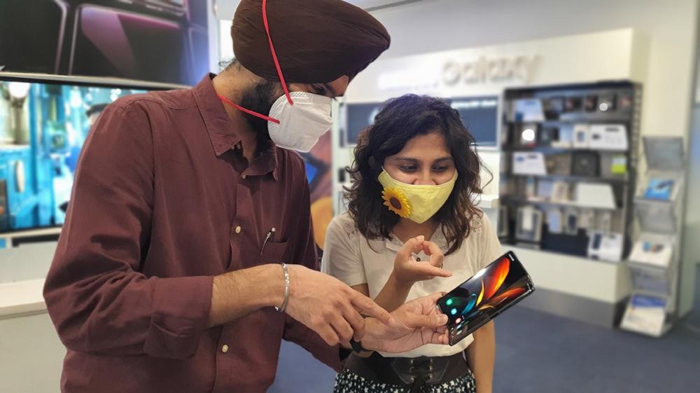 인도 구루그람에 위치한 삼성B2B체험관에서 현지 소비자들이 '갤럭시 Z 폴드2'를 체험하고 있는 모습