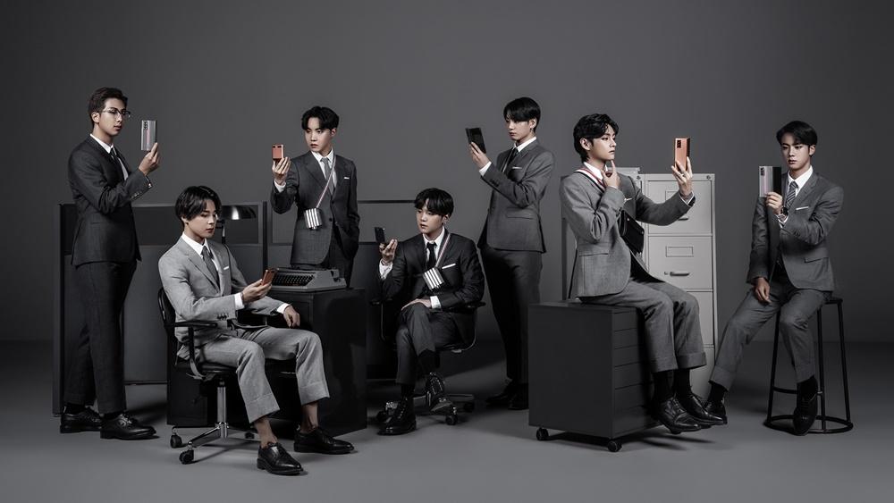 BTS(방탄소년단)가 '갤럭시 Z 폴드2 톰브라운 에디션'을 사용하고 있는 모습