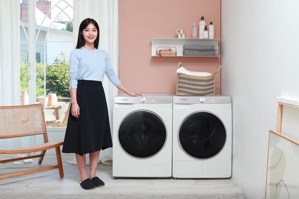 삼성전자 모델과 '그랑데 AI' 10kg 세탁기·9kg 건조기가 나란히 줄을 서고 있다.