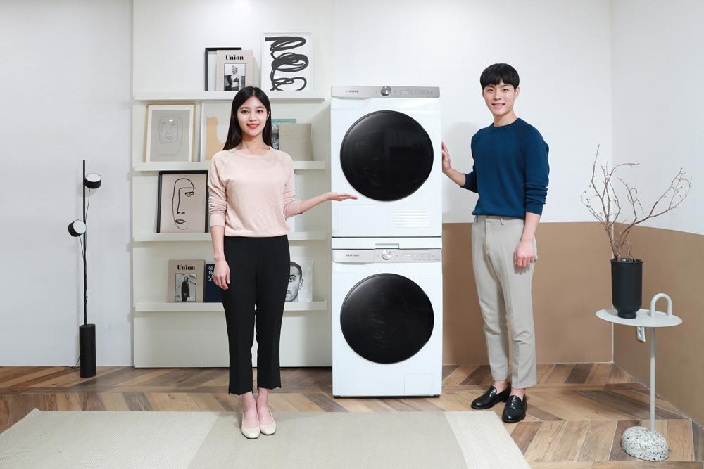 삼성전자 모델이 세로로 놓인 '그랑데 AI' 10kg 세탁기·9kg 건조기 신제품을 소개하고 있다.