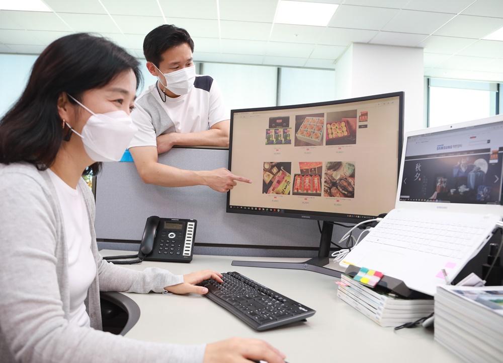 모니터를 보며 쇼핑을 하고 있는 삼성전자 임직원들의 모습