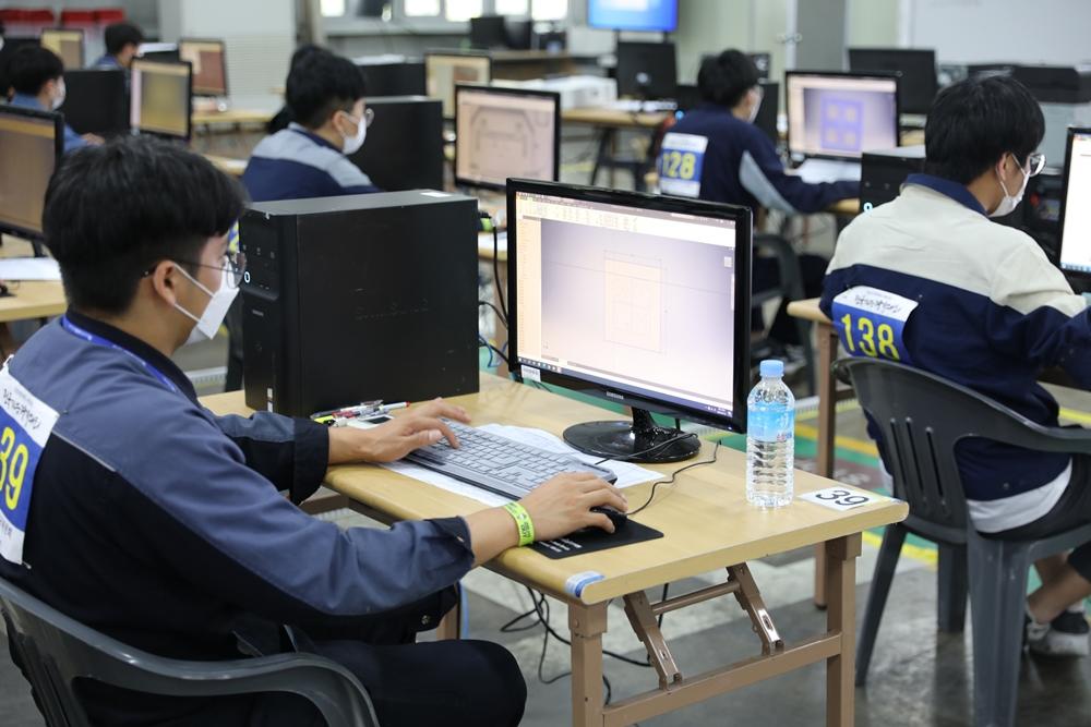 '제55회 전국기능경기대회' 금형 직종 경기에 참가한 선수들이 경기 과제를 수행하고 있다.