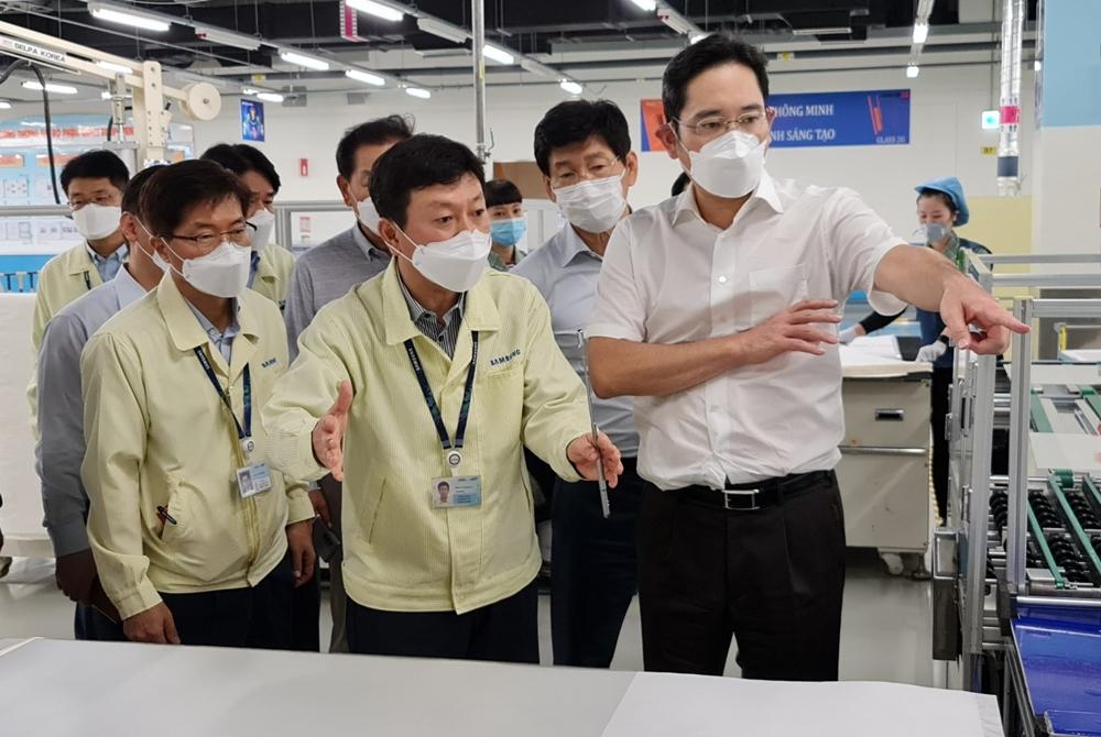 이재용 부회장이 20~21일 베트남 하노이 인근에 위치한 삼성 복합단지를 찾아 스마트폰 생산공장 등을 점검하는 모습