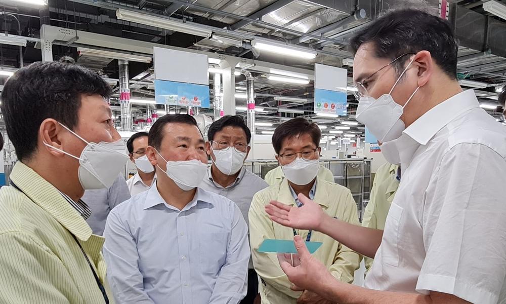 이재용 부회장이 하노이 인근에 위치한 삼성 복합단지를 찾아 직원들에게 지시사항을 전달하고 있다