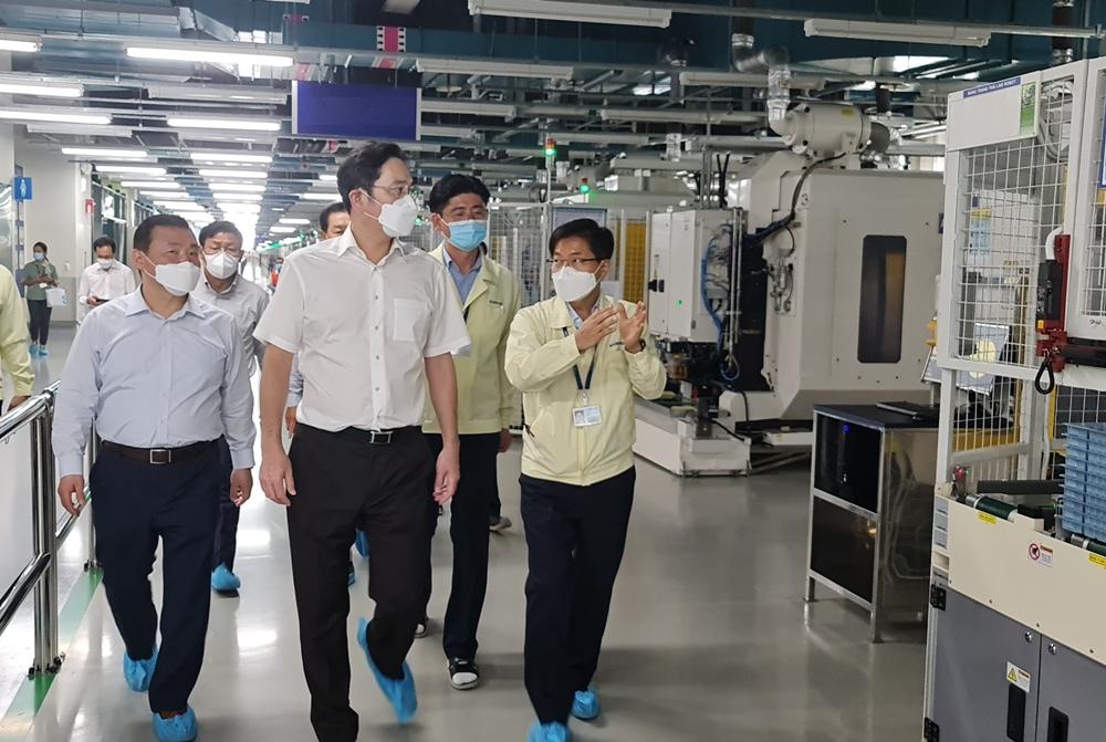 이재용 부회장이 20~21일 베트남 하노이 인근에 위치한 삼성 복합단지를 찾아 점검을 하며 이동하고 있다