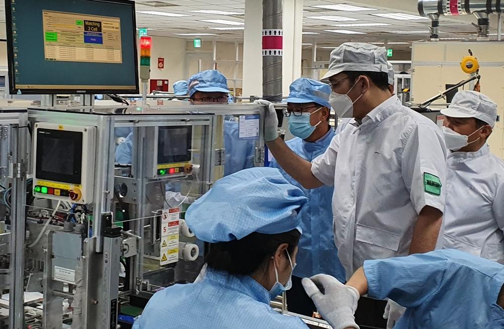 이재용 부회장이 20~21일 베트남 하노이 인근에 위치한 삼성 복합단지를 찾아 스마트폰 생산공장 내 다양한 기기들을 자세히 들여다보고 있다