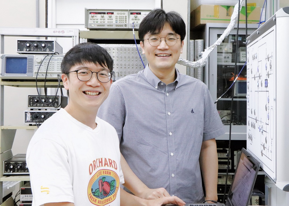 초고감도 검출기를 개발한 포스텍 물리학과 이길호 교수 연구팀이 미소짓고 있다.