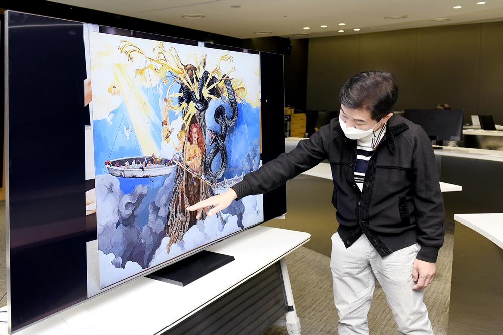 삼성생명 미술대회 후원 미술대학의 한 심사위원이 예술적인 작품의 디테일한 부분을 설명하고 있다