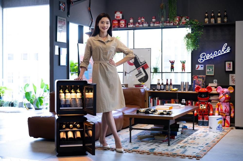 와인이 담긴 비스포크 큐브가 라이프스타일 쇼룸에 비치되어 있다