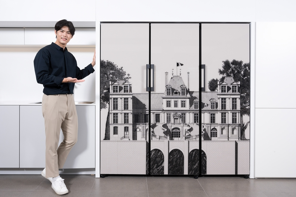 프랑스 유명 일러스트레이터 티보 에렘의 '퐁텐블로 성' 도어 패널 디자인이 적용된 비스포크(BESPOKE) 냉장고 신제품의 사진