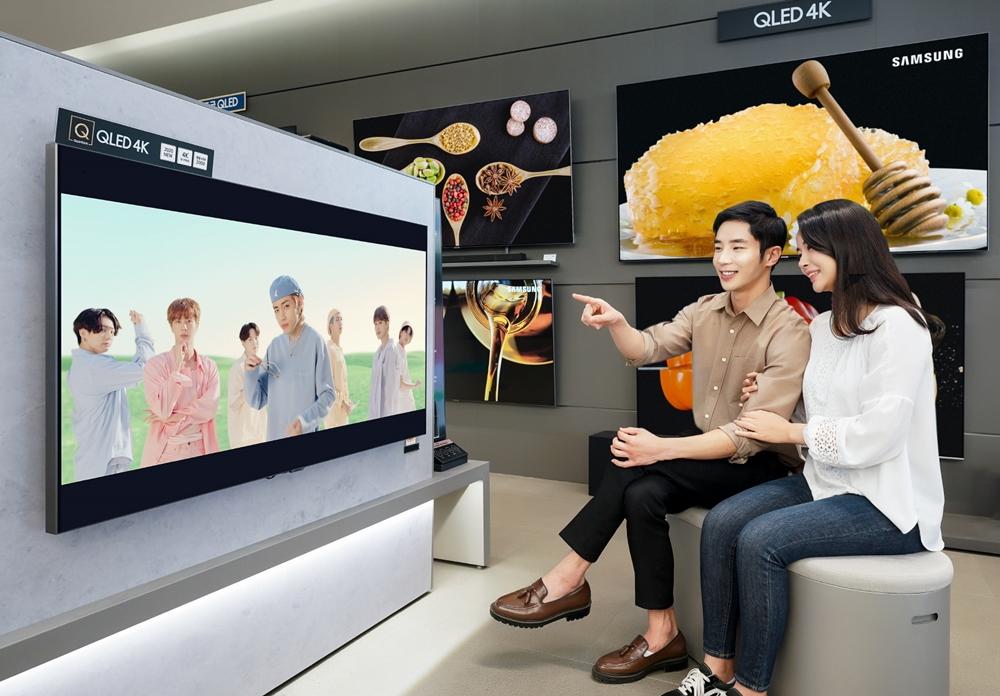 삼성전자 TV를 통해서 방탄소년단의 뮤비를 보고 있다